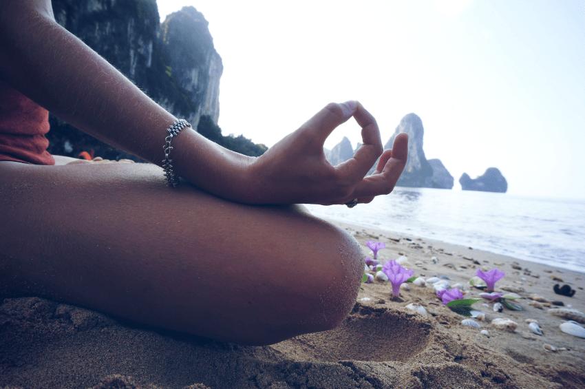 Zajęcia jogi i medytacji na plaży, Tailandia, Krabi, Ao Nang, Paź 2015