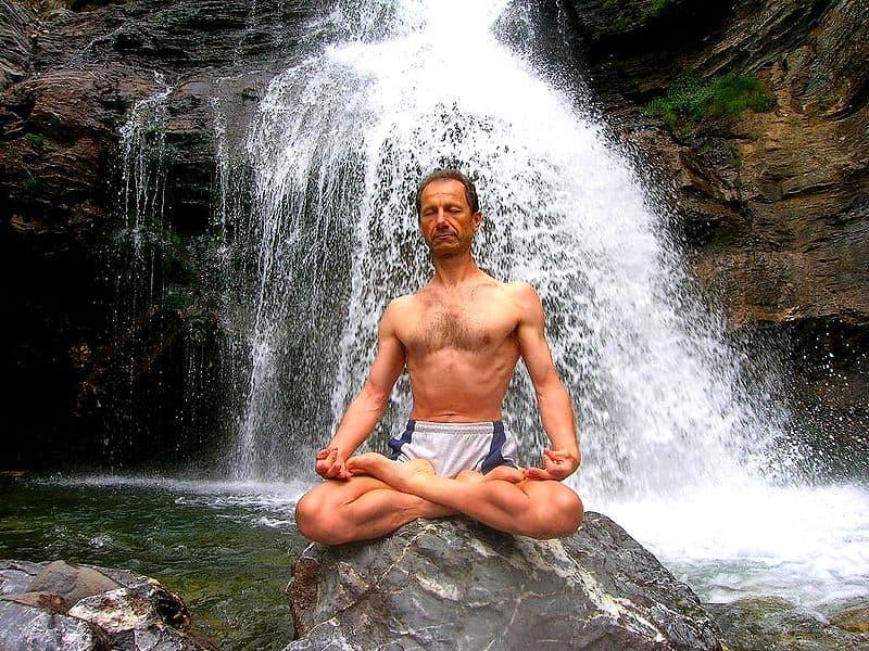Jogin medytujący w najsłynniejszej pozycji, czyli w lotosie (padmasana)