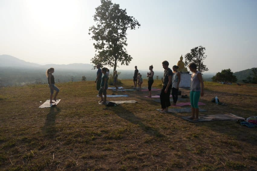 Wyjazdy z jogą - joga o zachodzie słońca na wzgórzu świętynnym w Ranong, Tajlandia, sierpień 2015