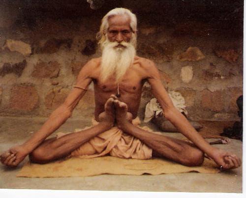 Hinduski Jogi w pozycji jogi