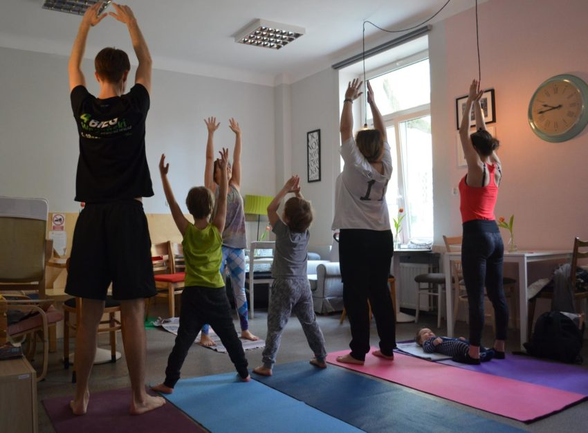 Sobotnie poranki z jogą rodzinną w Kawiarni Wolna Przestrzeń na Pradze