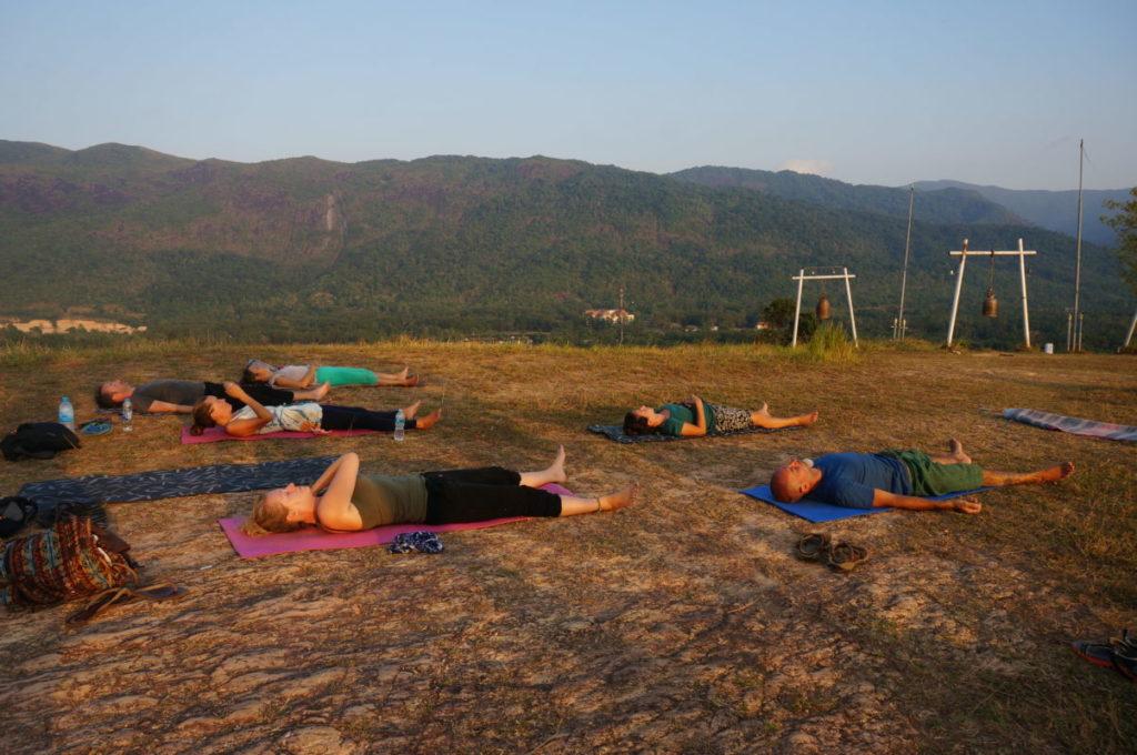 Yin joga na górze. Tajlandia, Ranong.