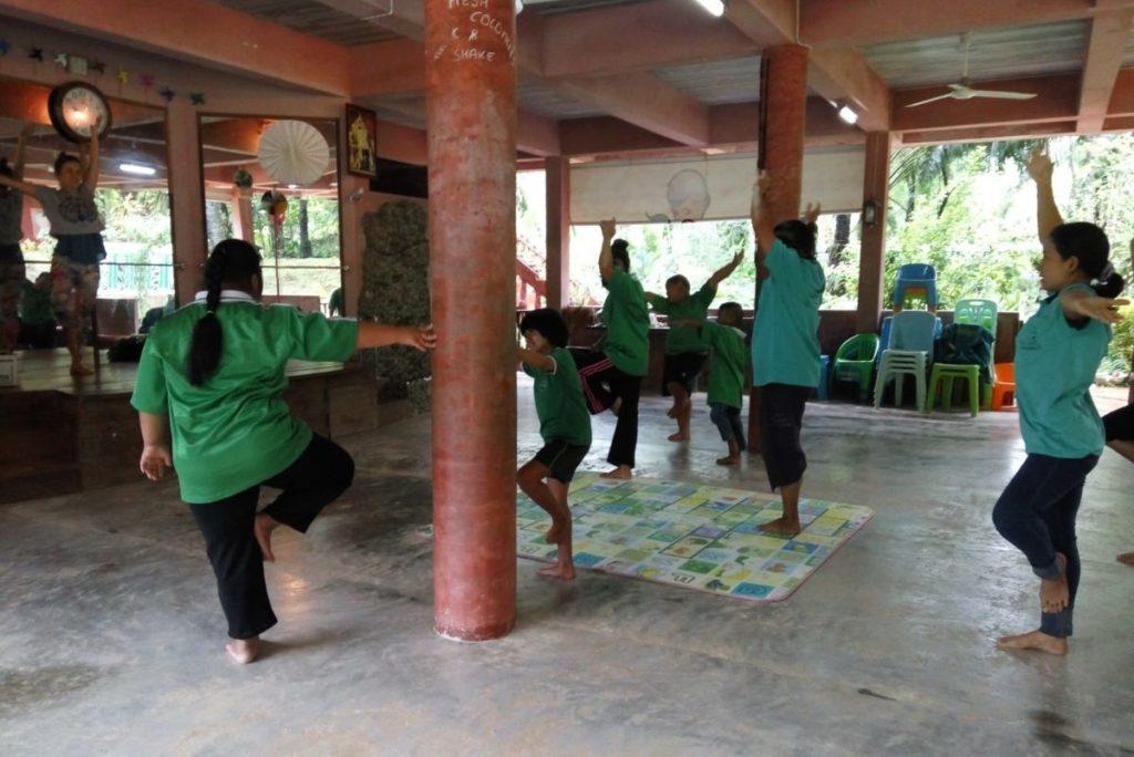 Karma Jee Yoga Tajlandia - zajęcia jogi dla dzieci ze specjalnymi potrzebami