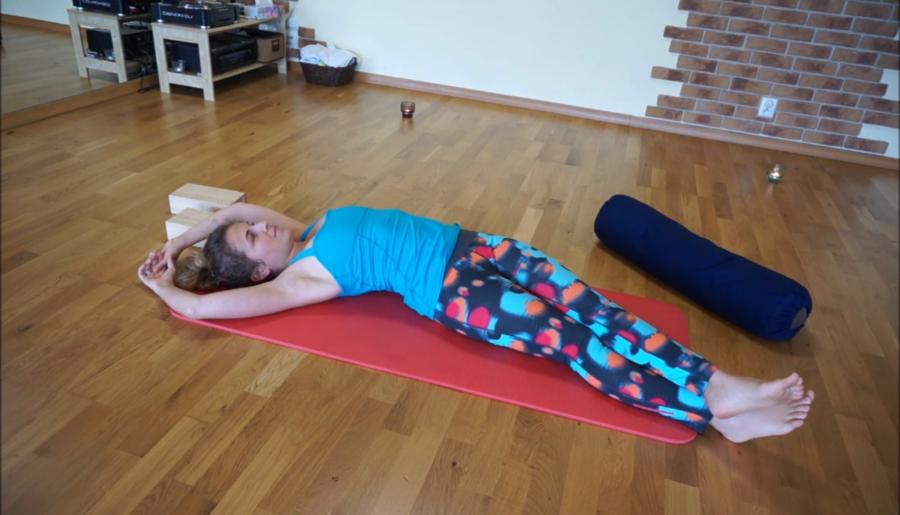 6 sposobów na rozruszanie kręgosłupa – Yin Joga na ból pleców (video)