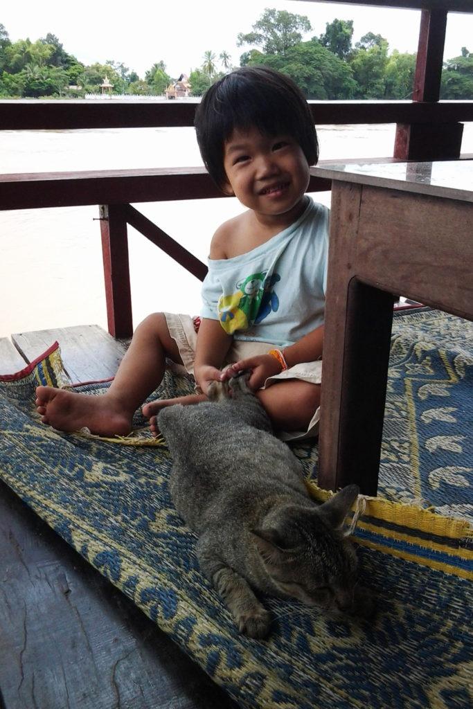 dzieciak i kot don det mekong laos